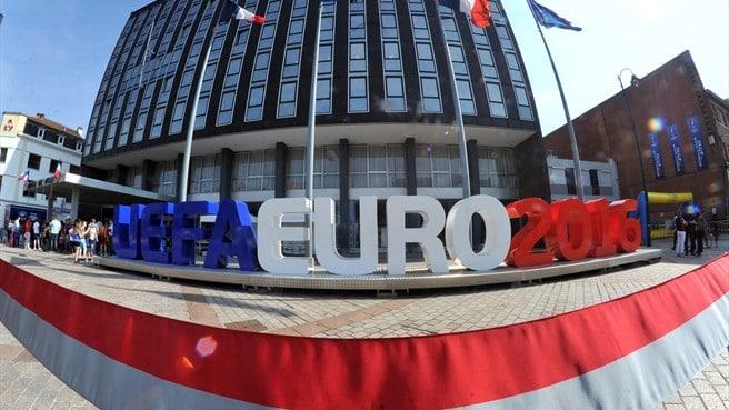 Ça bouge dans le centre-ville de Lens : logo UEFA devant l'hôtel de ville